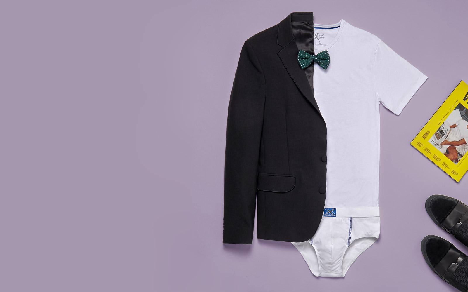 camiseta blanca y traje